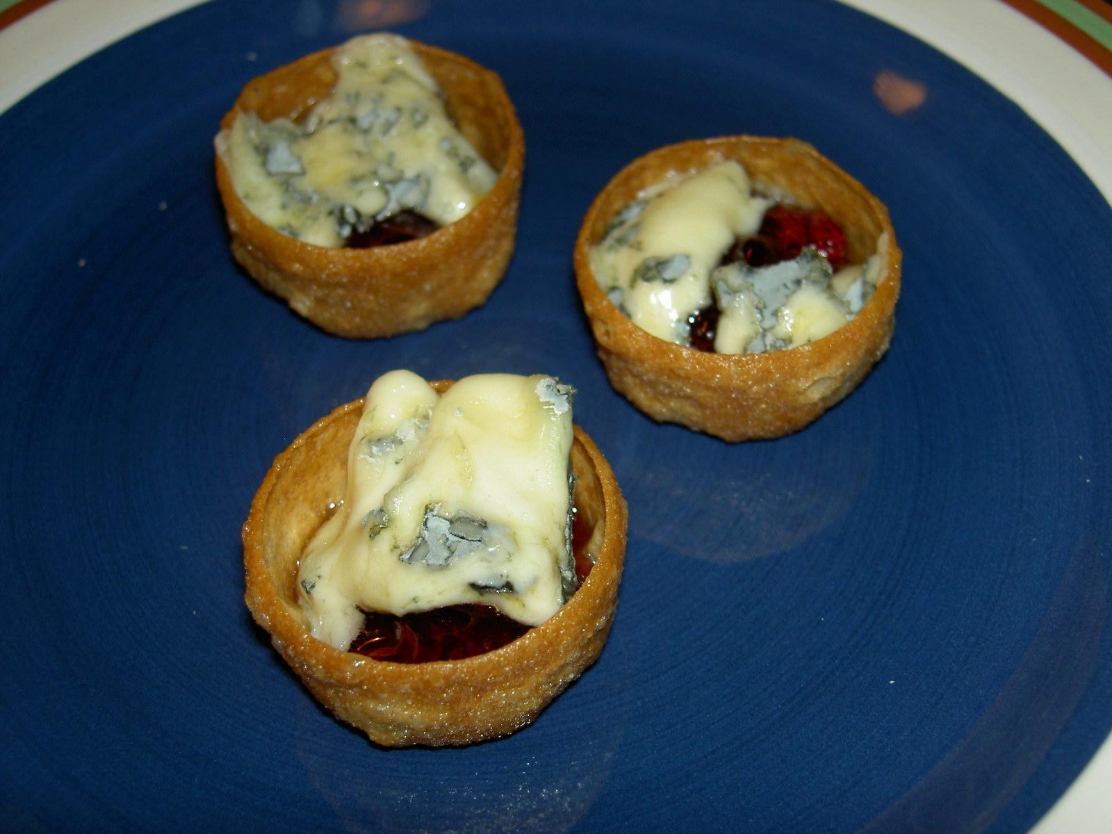 Fyllda krustader med rödvinbärgelé och god ädelost