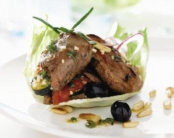 Grönsaksfylld och örtmarinerad lövbiff med sallad