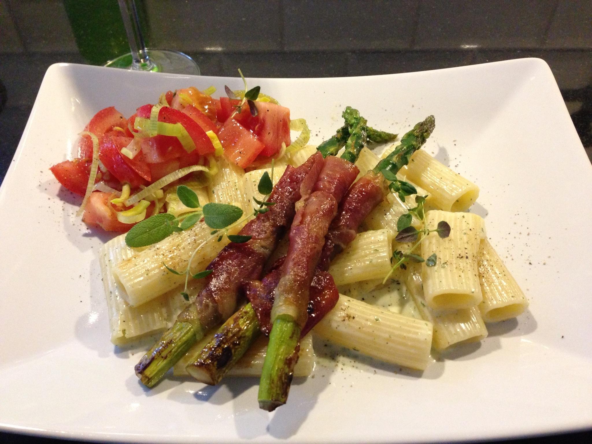 Krämig pasta med salvia, bakade tomater och serranolindad, rostad sparris
