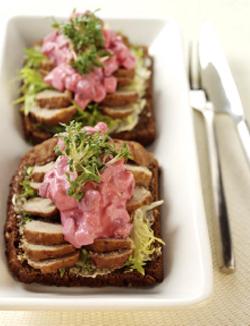 Köttbullesmörgås med rödbetssallad