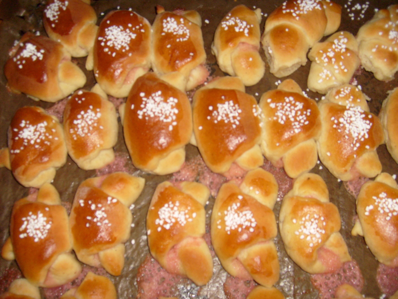 små kakor i formar med mandelmassa