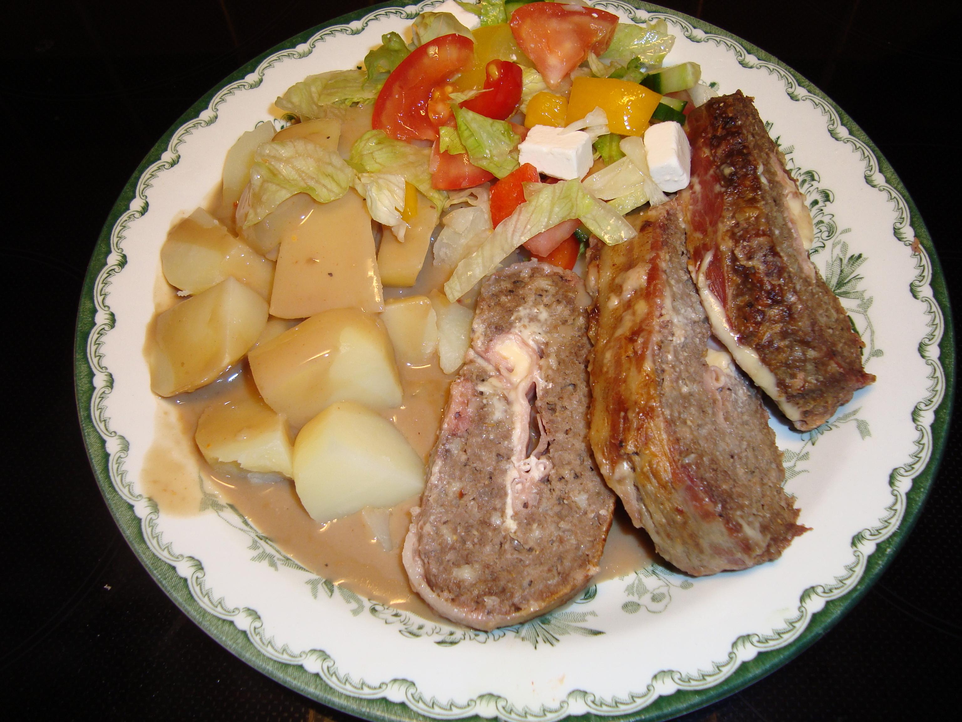 Saftig köttfärslimpa med feta och bacon