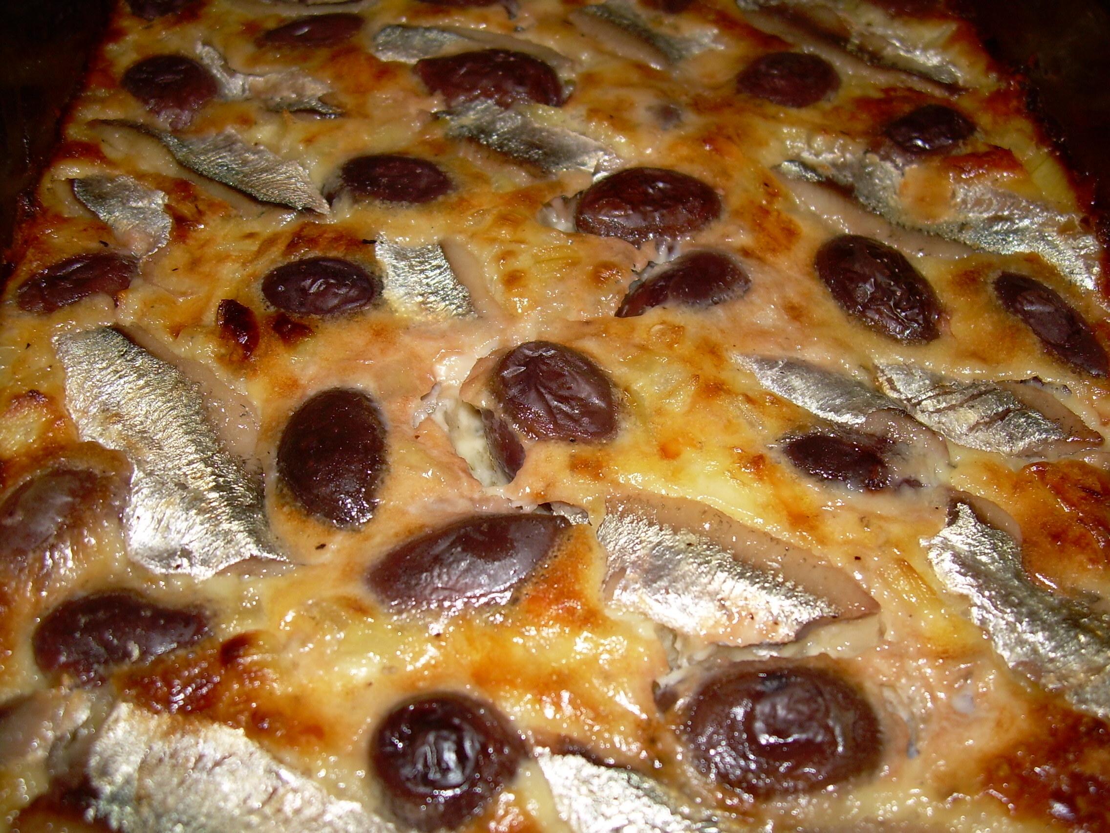 Lökpaj med ansjovis och oliver