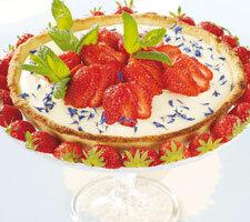 Vanilj- och jordgubbspaj med mandelmassa i pajskalet