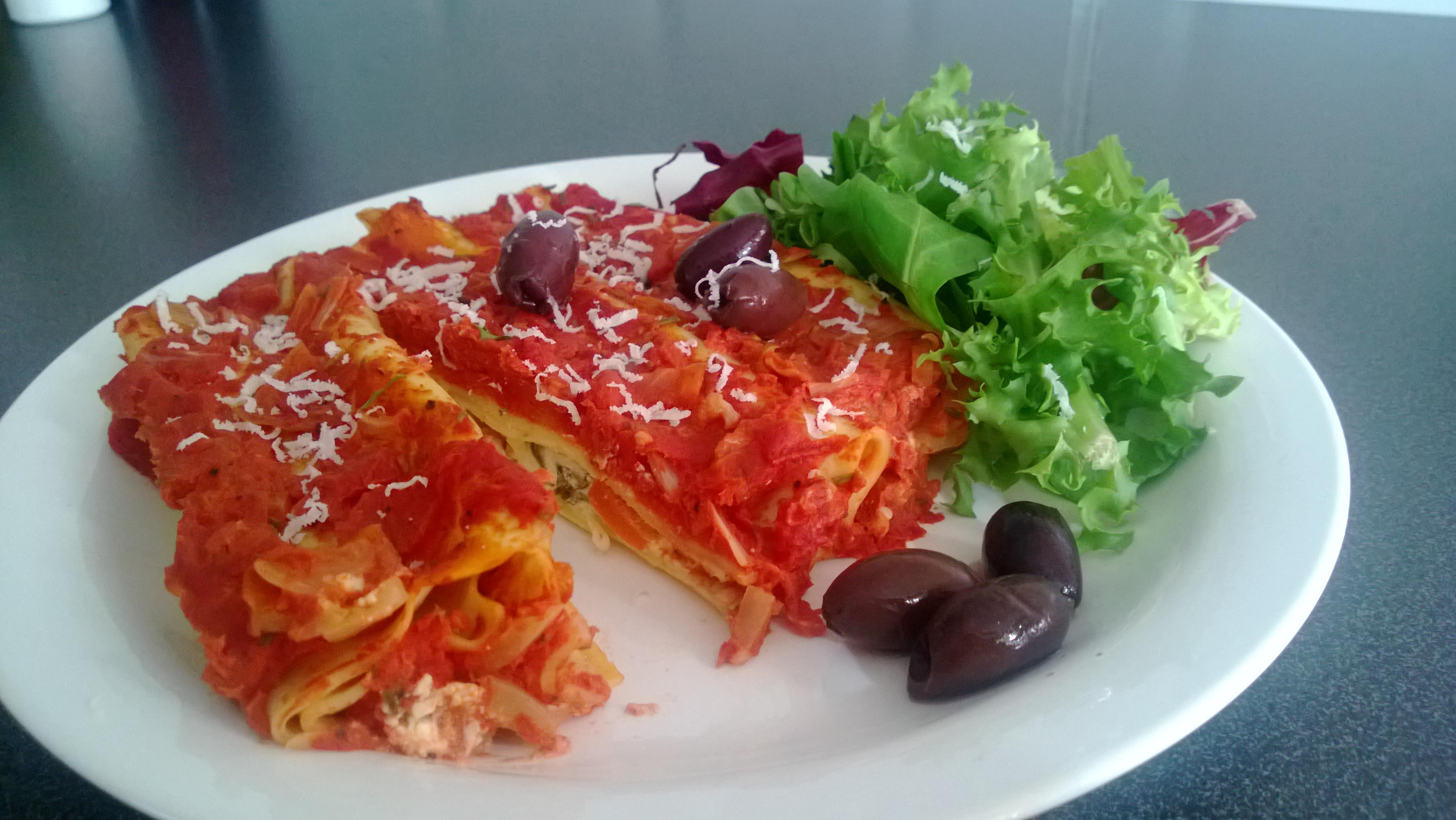 Spenat- och fetafyllda cannelloni med tomatsås