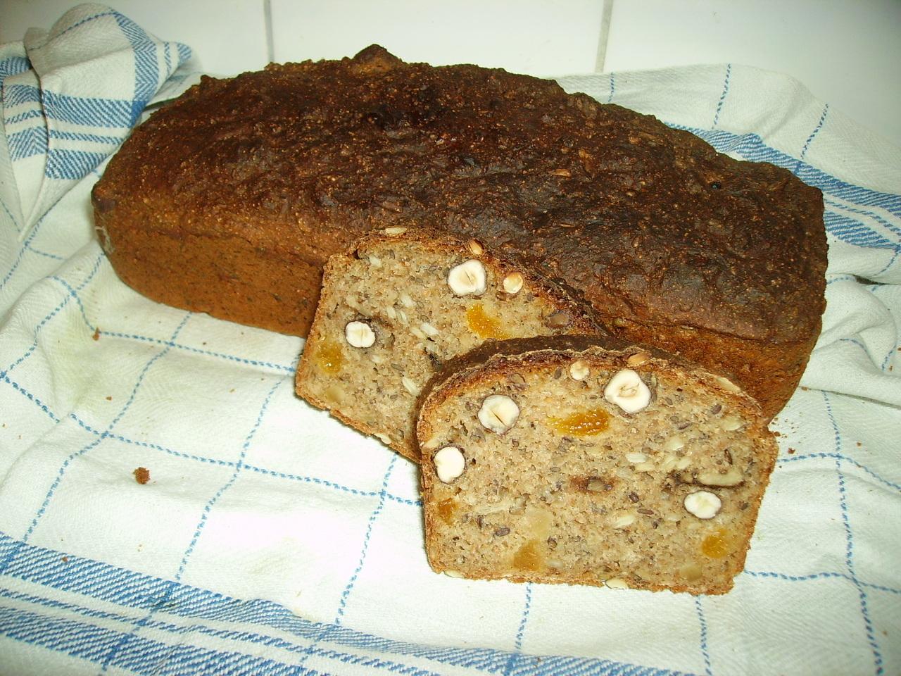 Mörkt bröd med aprikoser