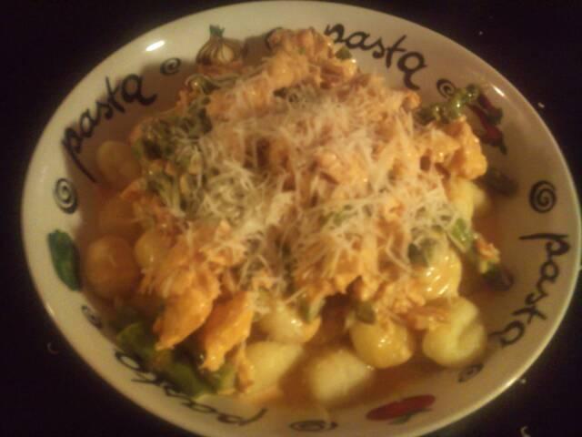 Potatisgnocchi med lax och sparris i gräddig sås