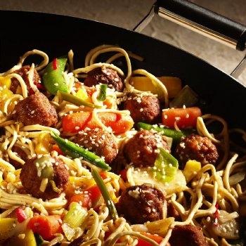 Wokade köttbullar med sweet chili och stekta nudlar