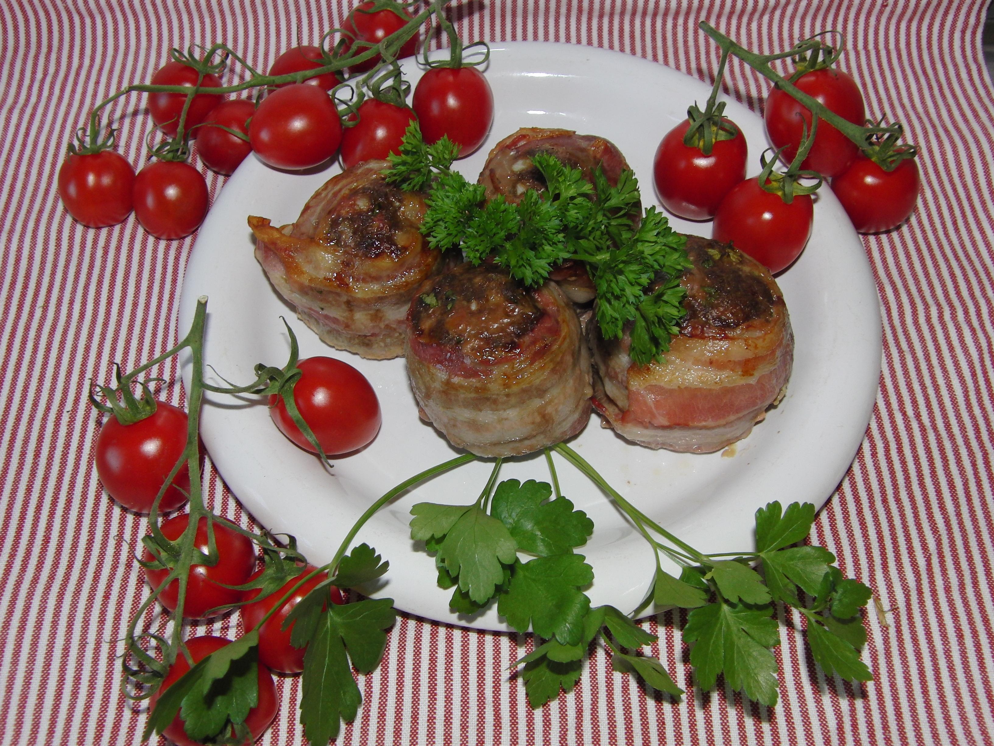 Baconinlindade älgfärsbiffar med persilja och vitlök