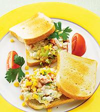 Varm kasslersmörgås med majs och chilisås