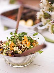 Quinoasallad med gurka, aprikos, nötter