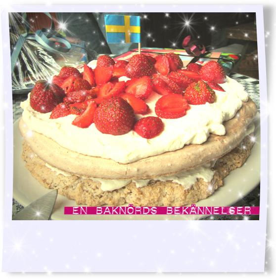 Hasselnötstårta med jordgubbar och vispgrädde