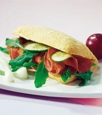 Macka med avokado och salami