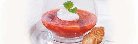 Rabarber & jordgubbssoppa med mandelknappar och vaniljfluff