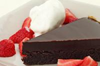 Chokladtryffelkaka med jordgubbar och glass