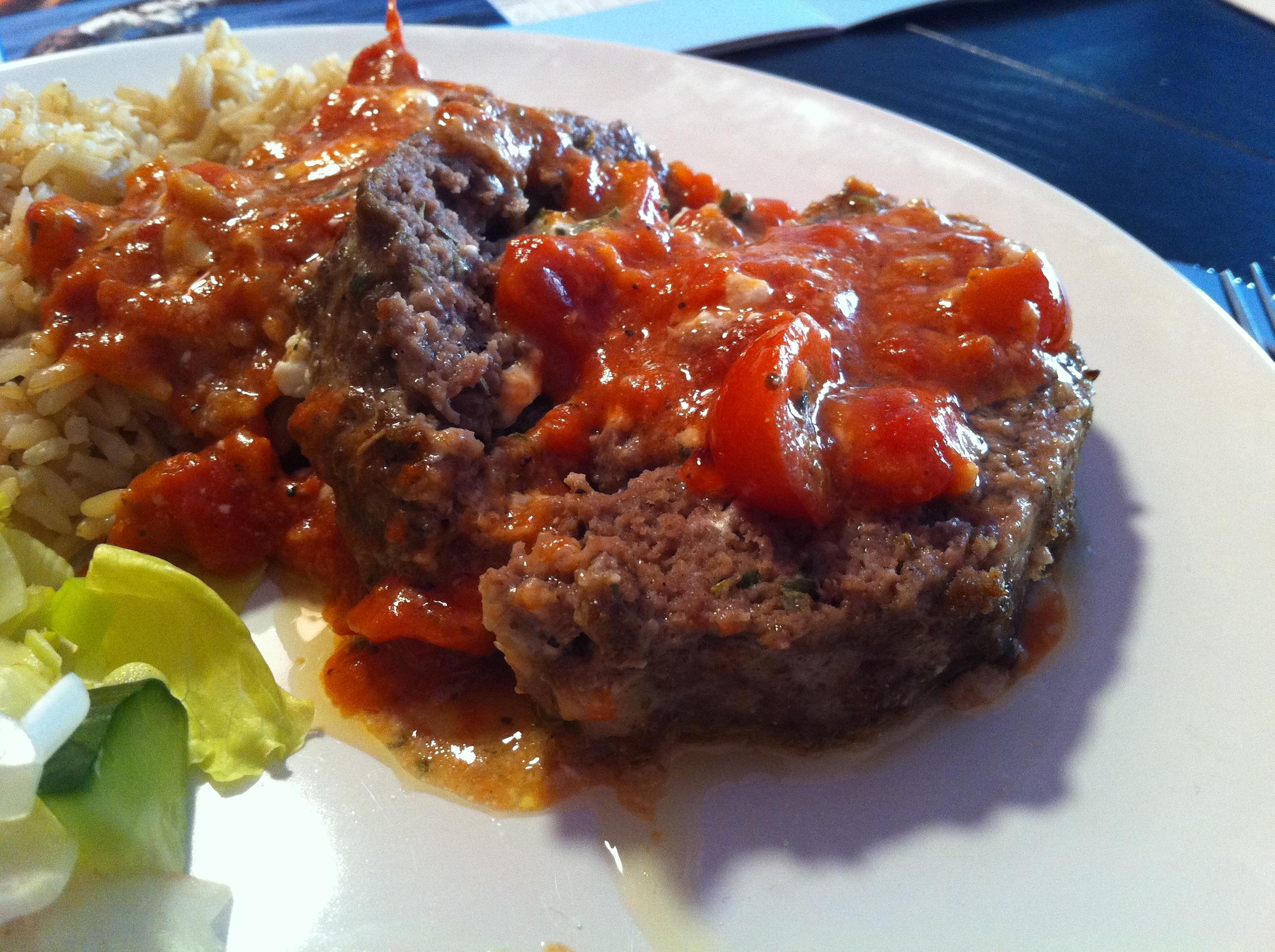 Köttfärslimpa med fetaost, tomat och persilja i tomatsås