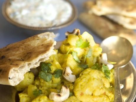Indisk blomkål med rajta och naanbröd