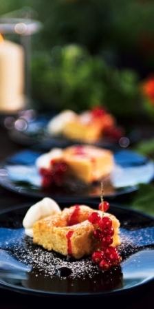 Aprikoskaka med rödvinbärssirap