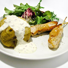 Kycklingspett med vitlökskräm och bakpotatis