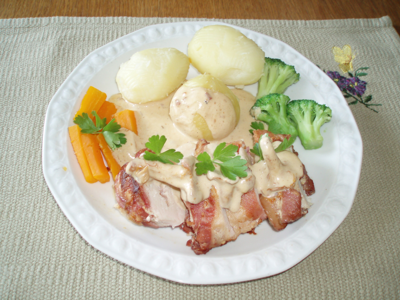 Baconlindad, fylld kycklingfilé med kantarellsås