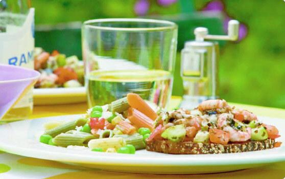 Färgsprakande räk- och olivmacka med pastasallad