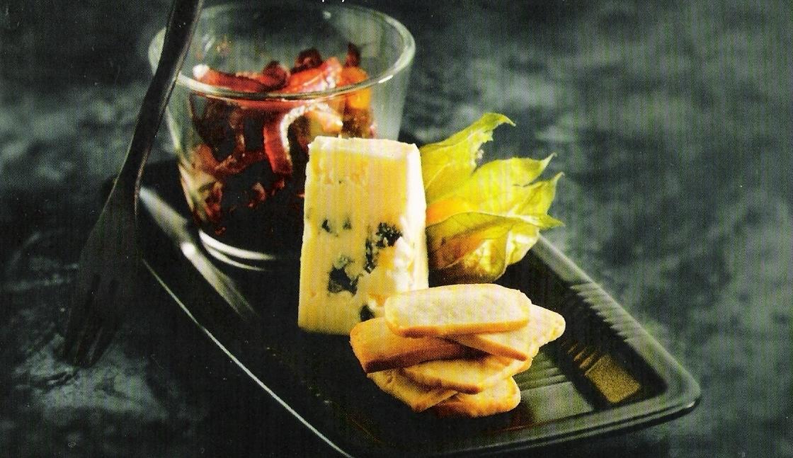 spröda ostkex med rödlökskompott