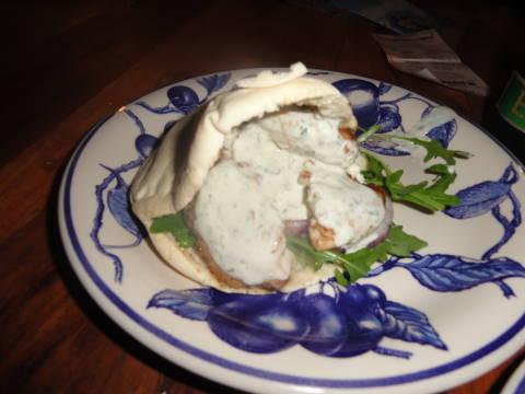 Kyckling i pitabröd med ädelostcreme