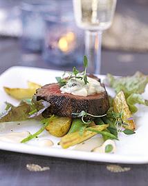 Helstekt oxfilé med gorgonzolatäcke och sherrysås