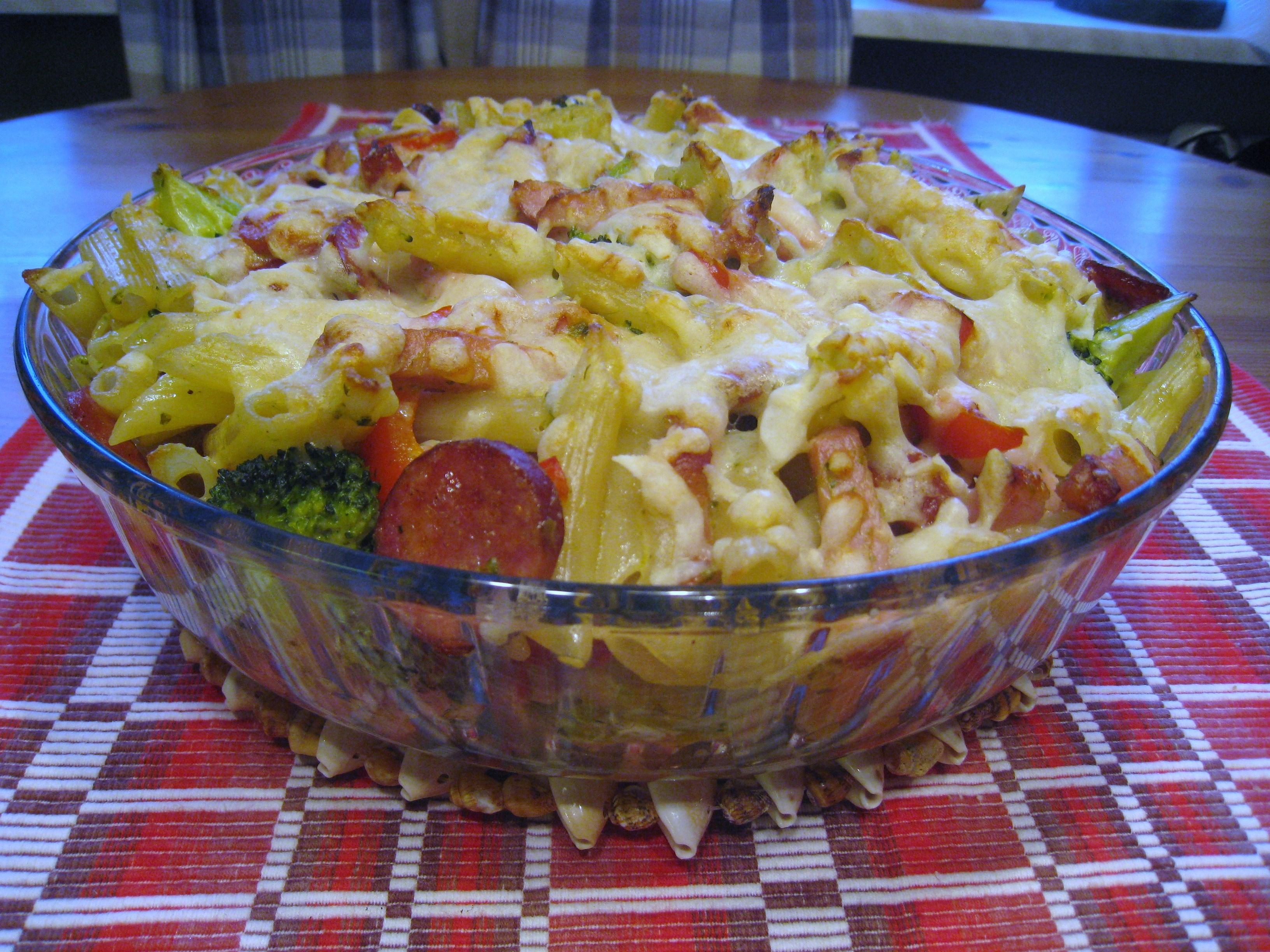 Pastagratäng med kassler, kryddig korv och broccoli.