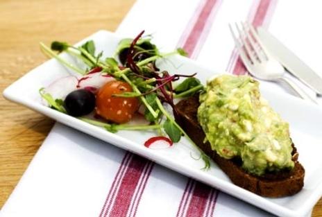 Rågsmörgås med avokadokeso