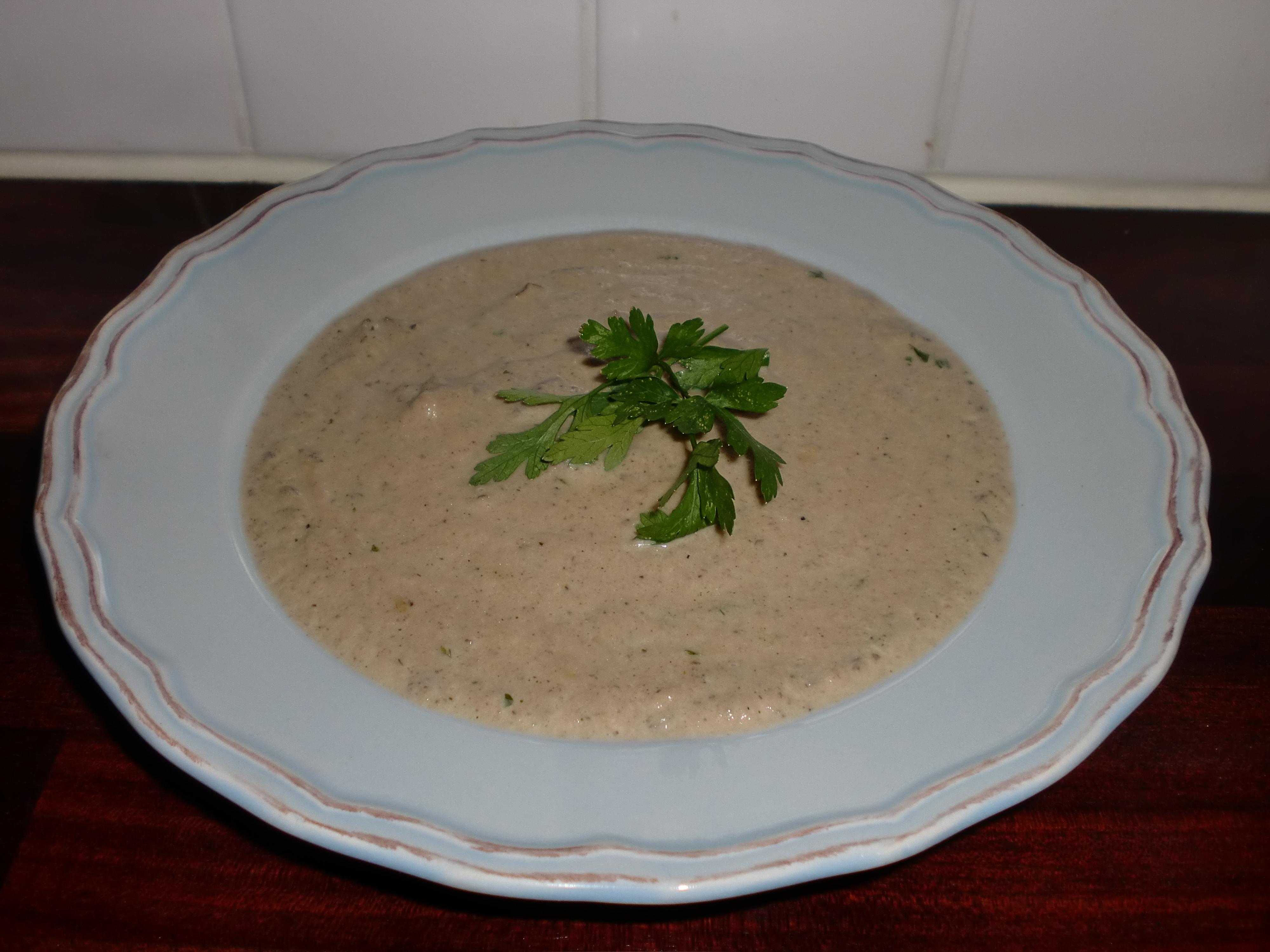 Krämig champinjonsoppa med torkade trattkantareller och persilja
