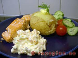 Laxfilé med bakad potatis samt ägg- och räkröra