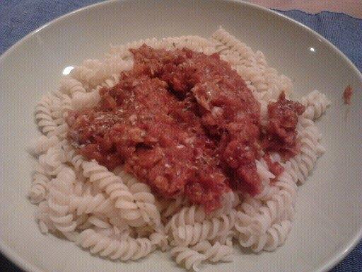 Pasta med tonfisk i tomatsås