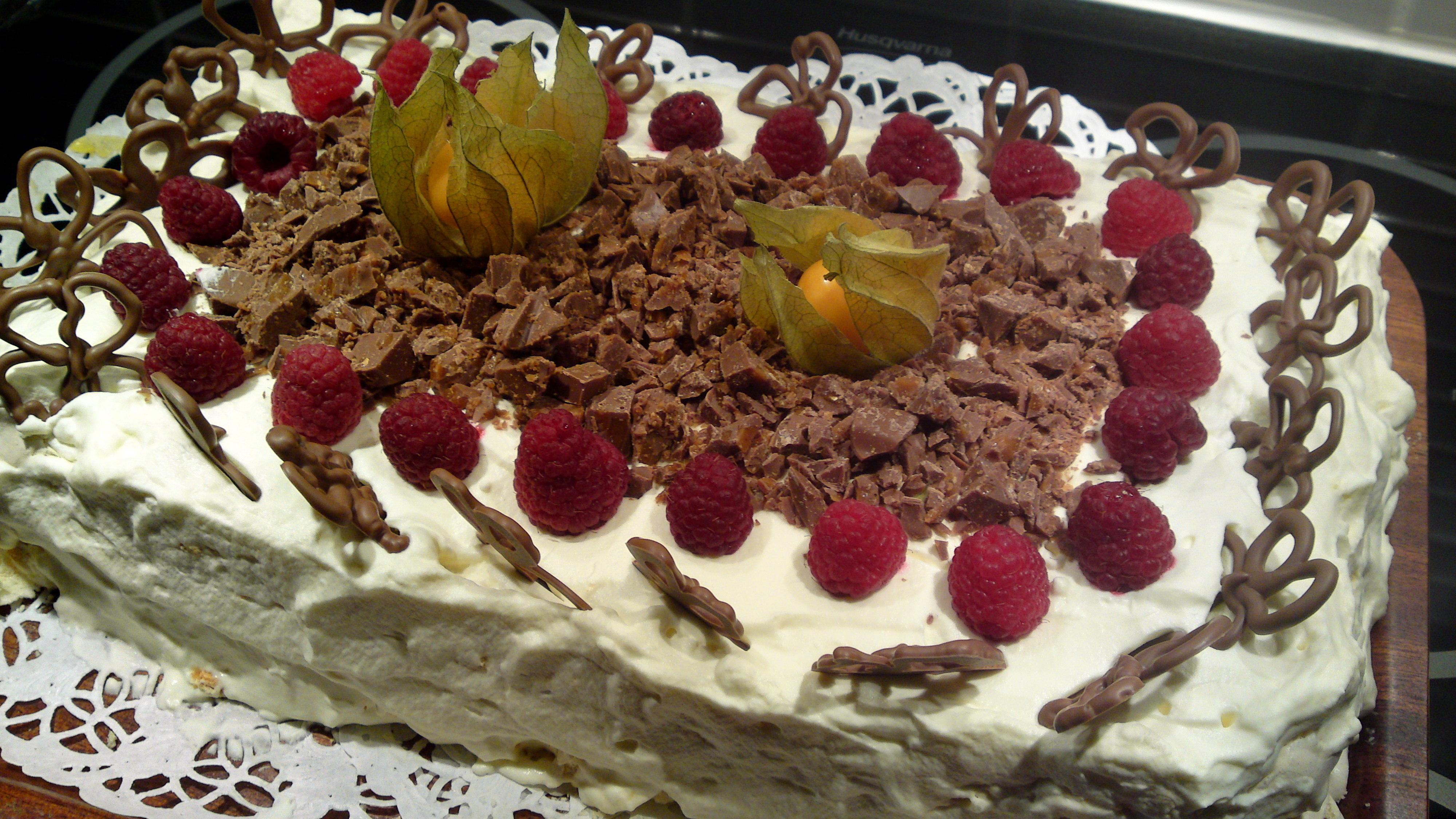 Marängtårta med choklad och hallon