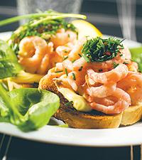 Räksmörgås serverad med gräslök, majonnäs och sallad