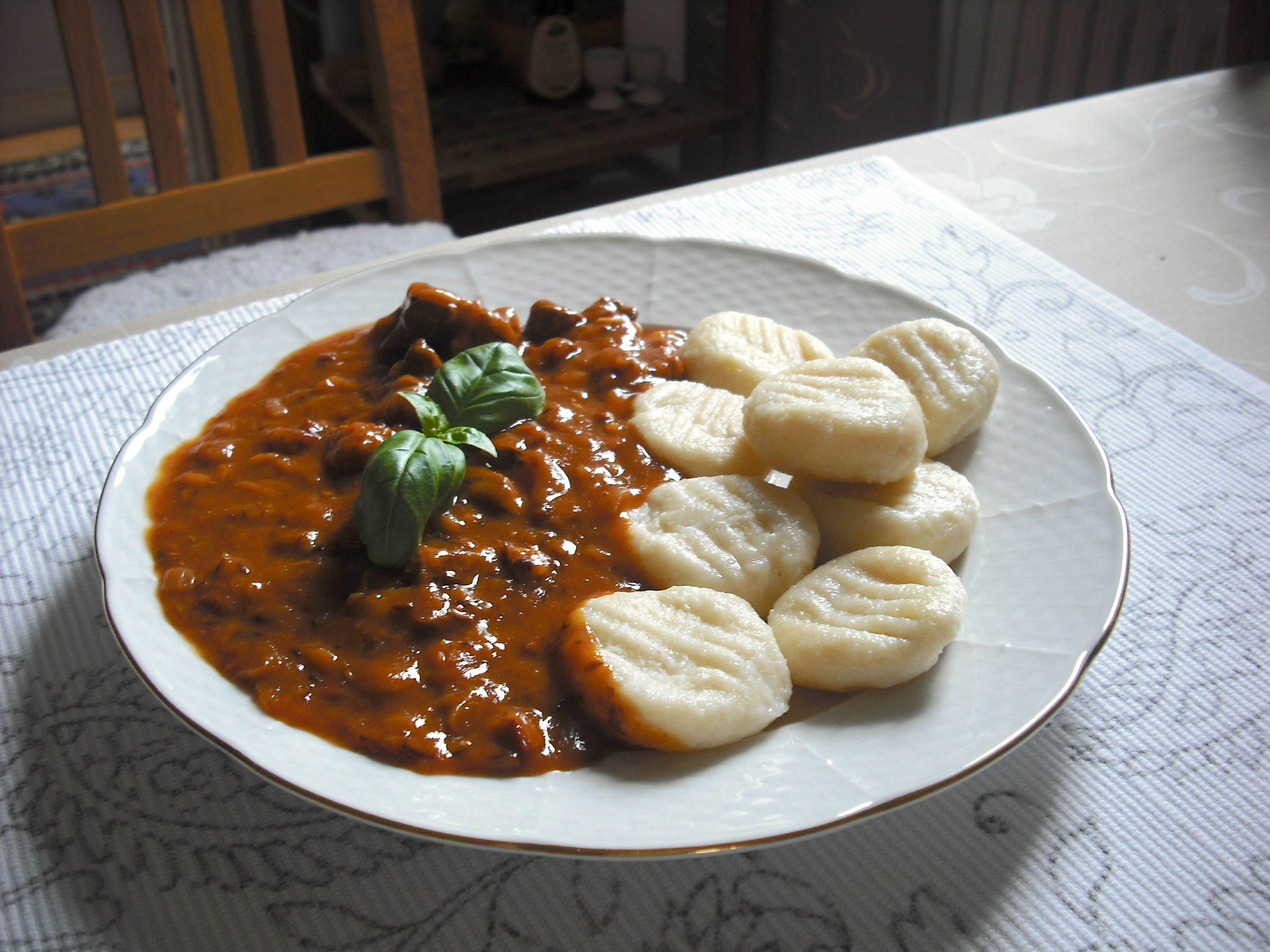 Köttgryta med kokta potatisbollar