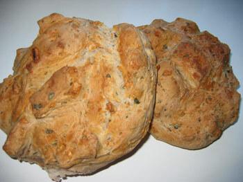 Grekiskt lantbröd med ost och oliver
