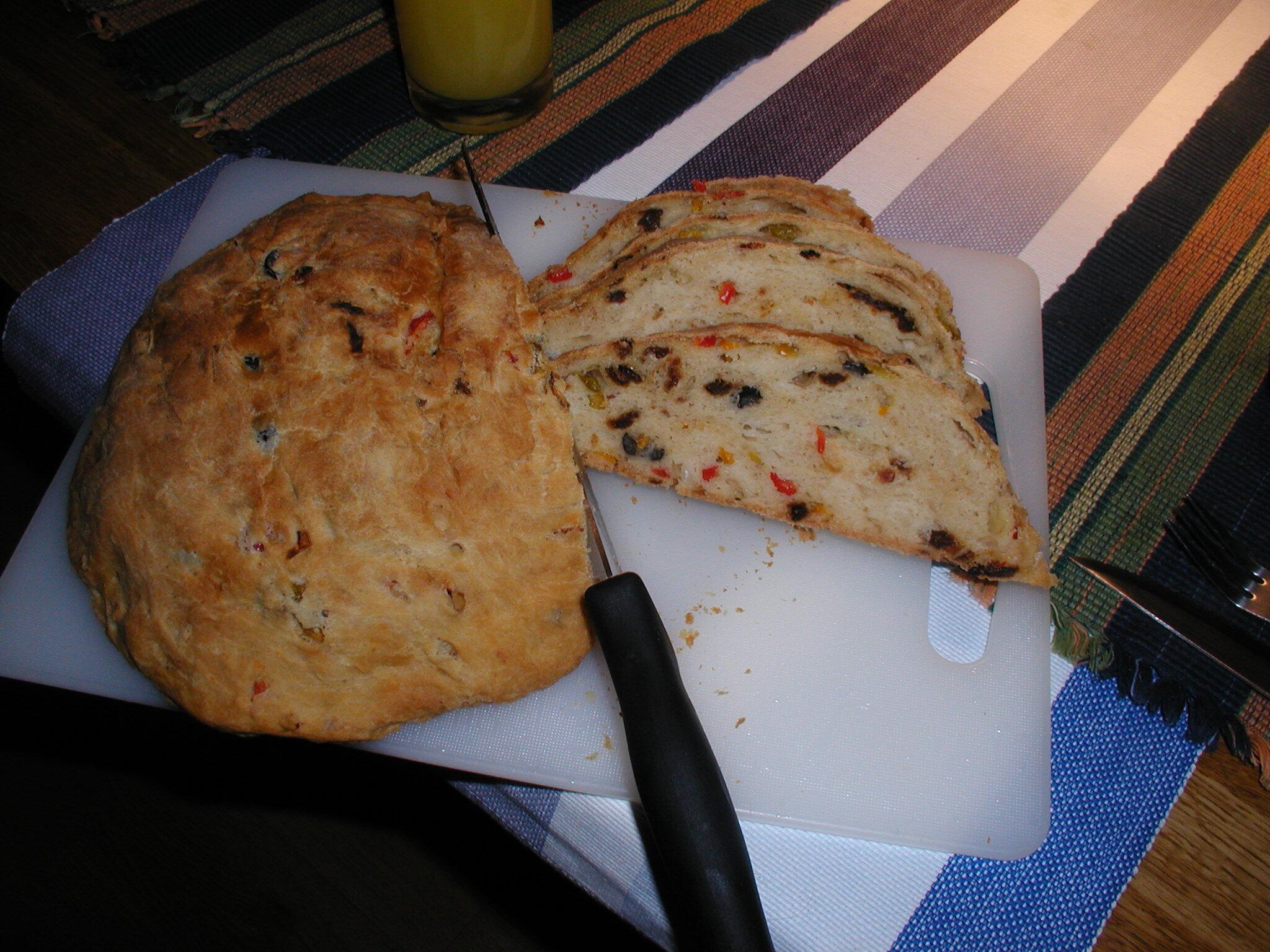 Bröd med soltorkade tomater, lök och oliver