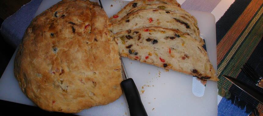 bröd med fetaost och soltorkade tomater