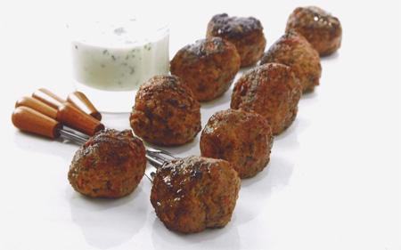 Heta lammfärsbullar med libanesisk yoghurtdipp