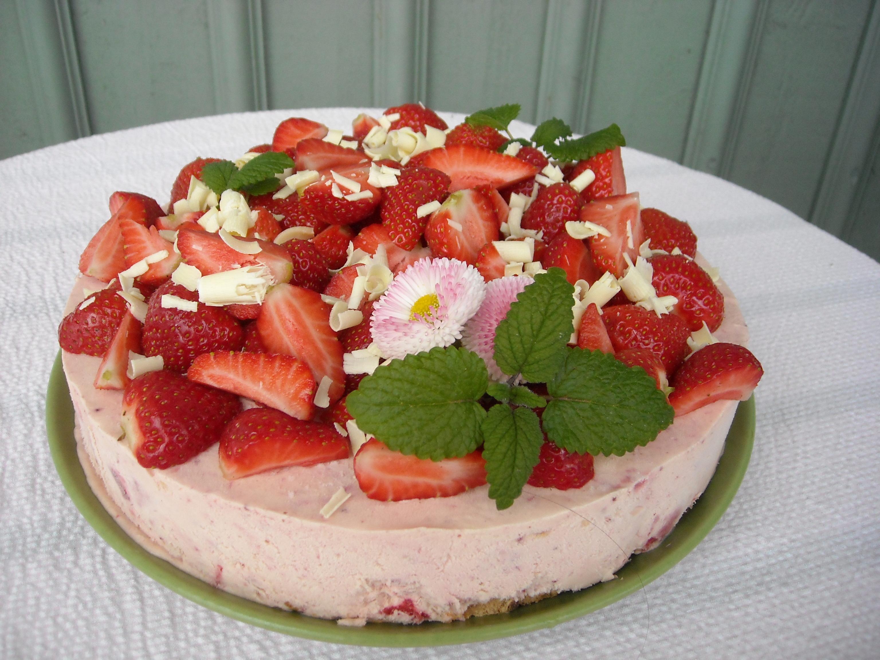 Fryst jordgubbstårta