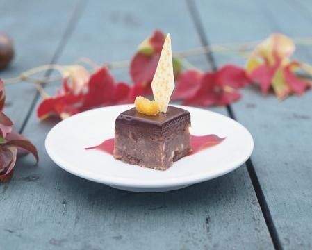 Choklad- och potatiskaka med saffranspäron