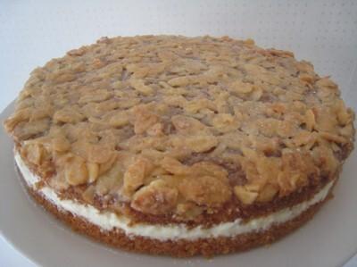 Toscatårta med vit tobleronefyllning