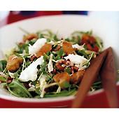 Fransk sallad med brödtärningar och parmesandressing
