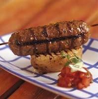 Köttfärsspett med bakad potatis och tomatröra