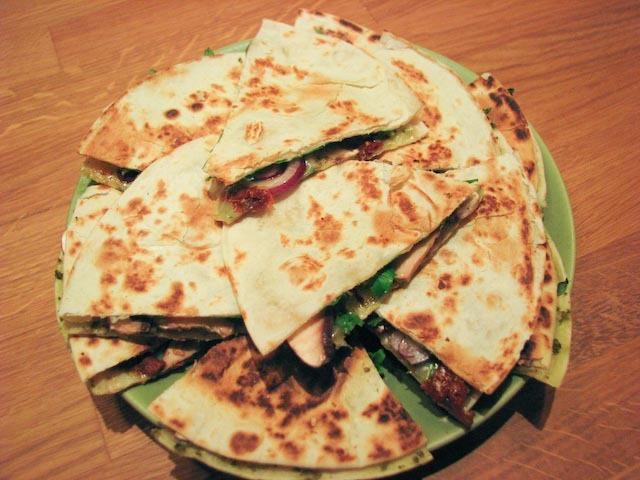 Tortillasnittar med soltorkade tomater och pesto