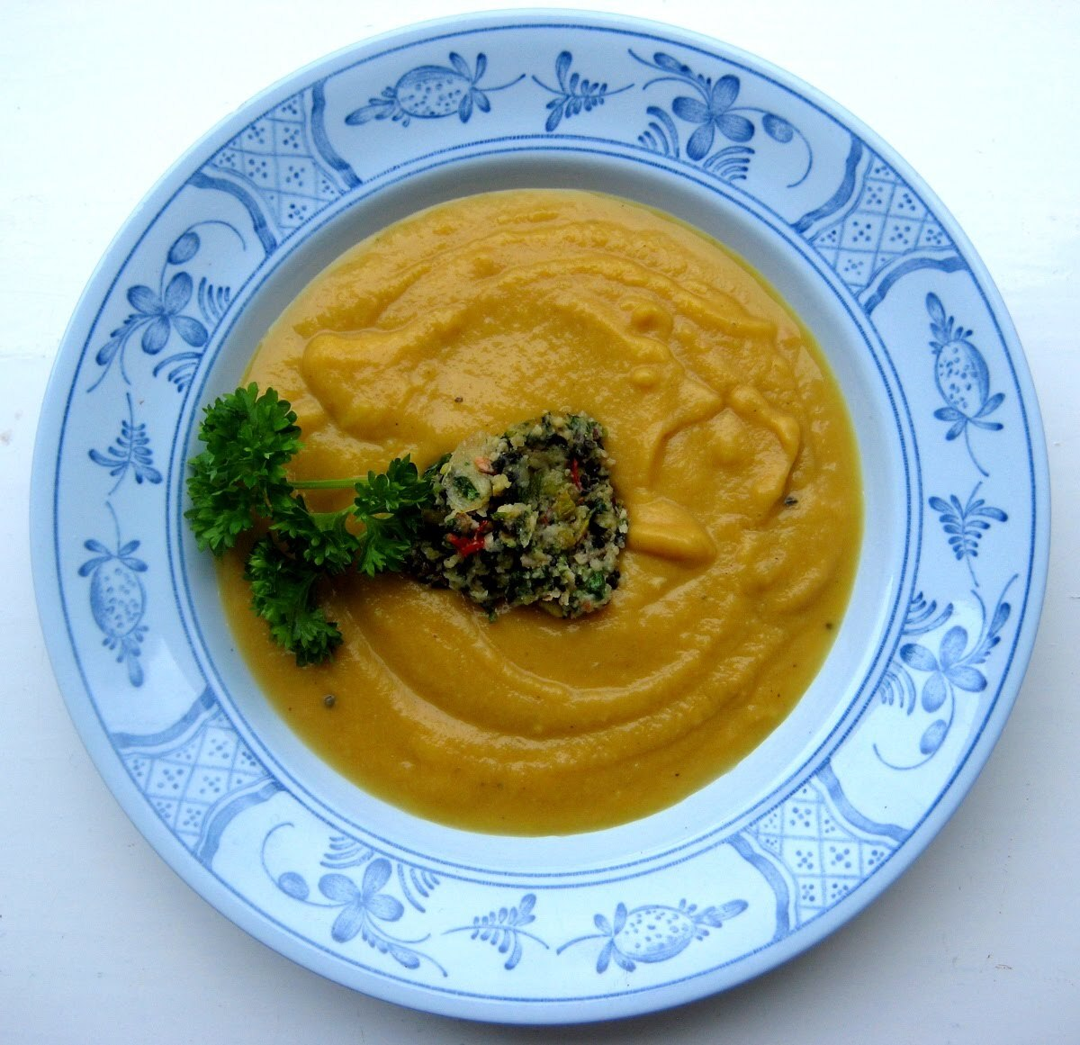 Mikkans söta soppa toppad med stark pesto