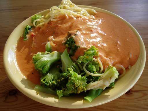 Pasta med broccoli och paprikasås