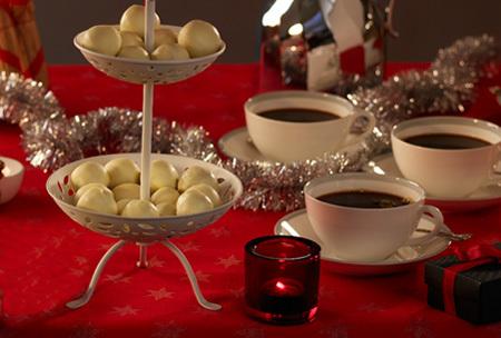 Chokladtryfflar med kardemumma, pistagenötter och tranbär