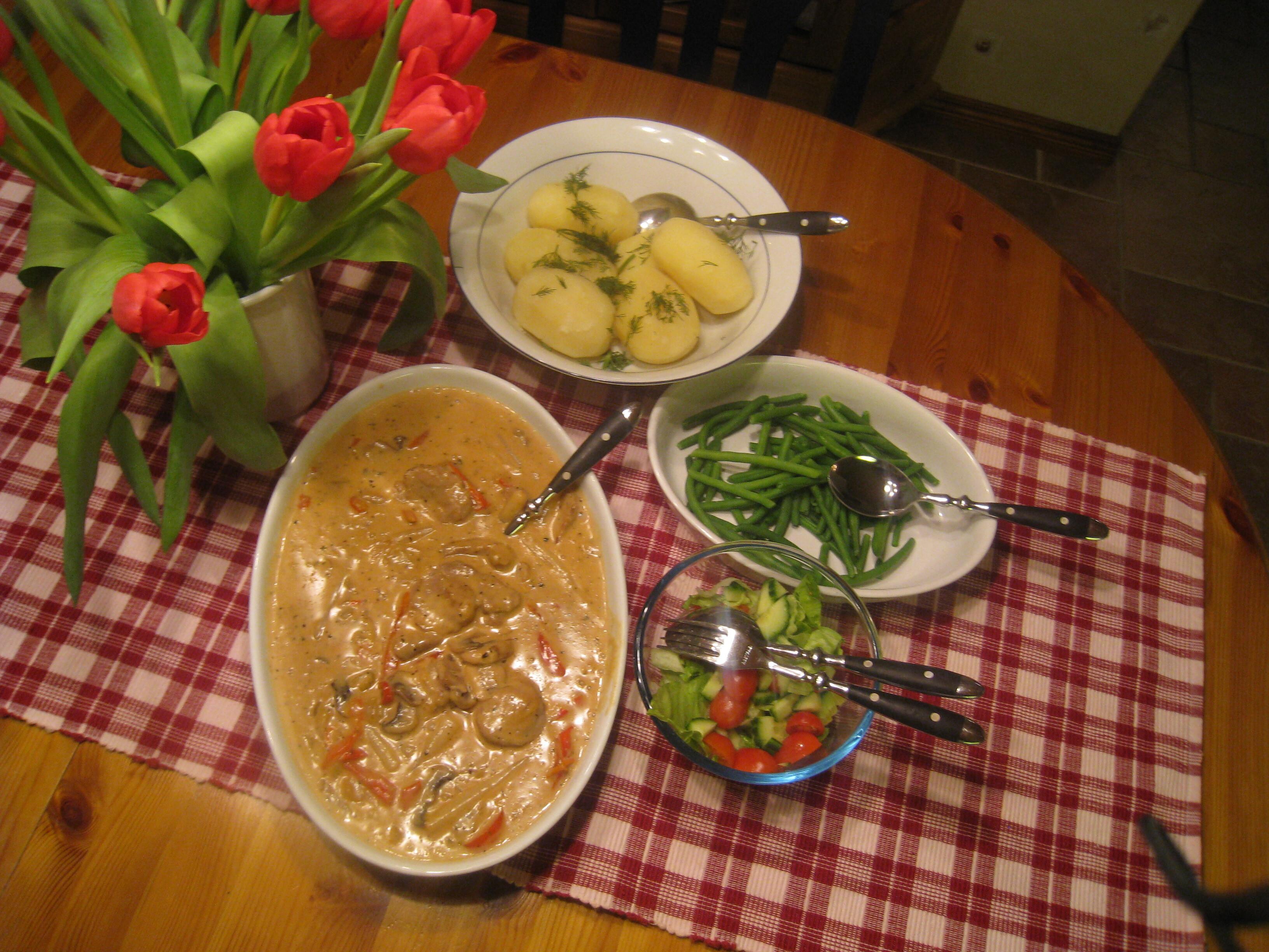 Fläskfilégryta med sparris, svamp och grädde